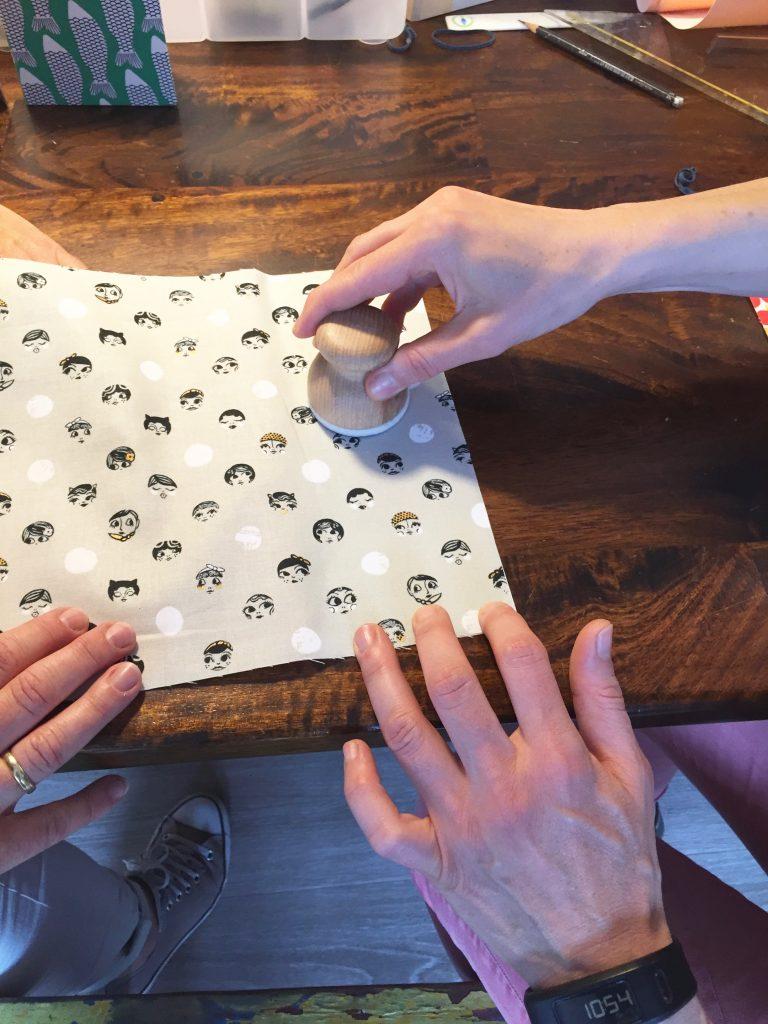 Der Soff wird auf die Klebefolie aufgezogen. Dazu braucht es vier Hände.